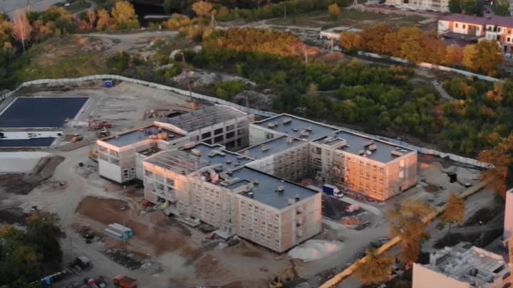 Остекляют и кроют: строительство школы на Пятой просеке вышло на новый этап
