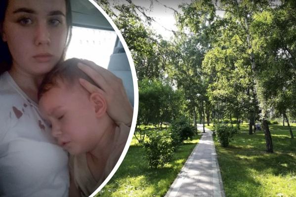 Мальчик получил серьезные травмы: рваная рана головы, синяки, ушибы. Красные пятна на одежде — это кровь, которая лилась из ран
