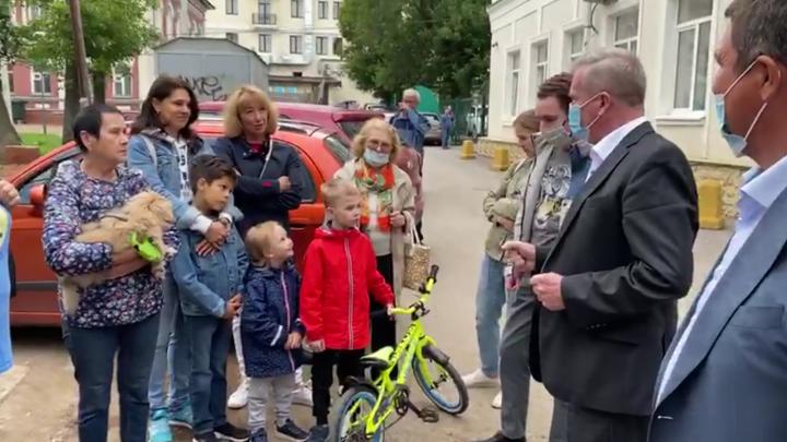 Помощник мэра предложил уфимцам самим посадить деревья на Советской площади — есть видео