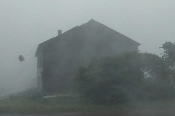 Автор видео написал в соцсетях, что ураган застал его на крыльце местного сельпо
