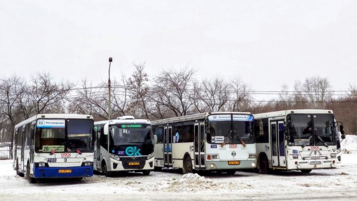 Омич снял, как сливают топливо с автобуса — в дептрансе проведут служебное расследование