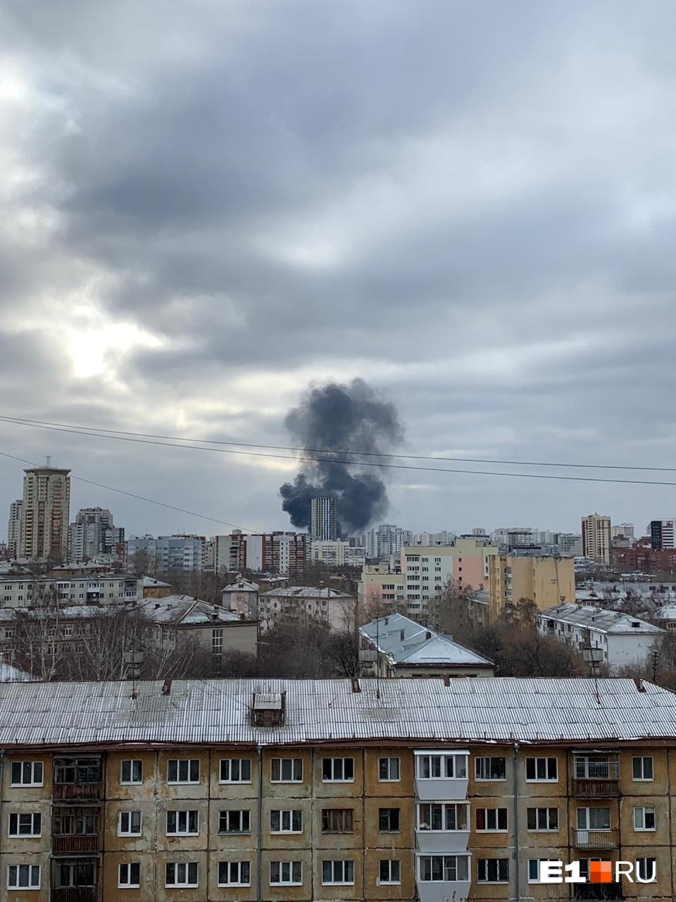 По информации МЧС, горит фасад здания, площадь возгорания — 100 кв. м