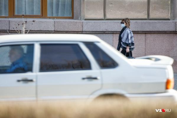 В Волгоградской области продолжает действовать строгий перчаточно-масочный режим