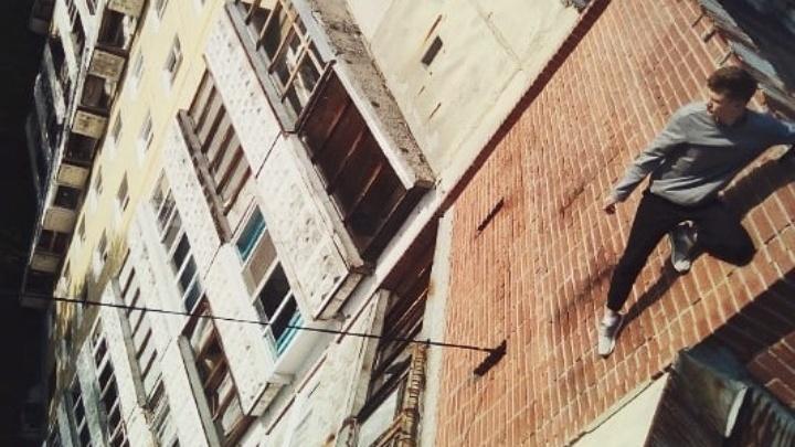 На это даже смотреть страшно: уральские паркурщики сняли на видео прыжки по карнизам высоток