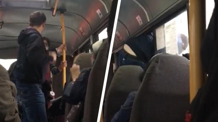 В Екатеринбурге буйный пассажир маршрутки напал на кондуктора и сбежал в окно. Публикуем видео из салона