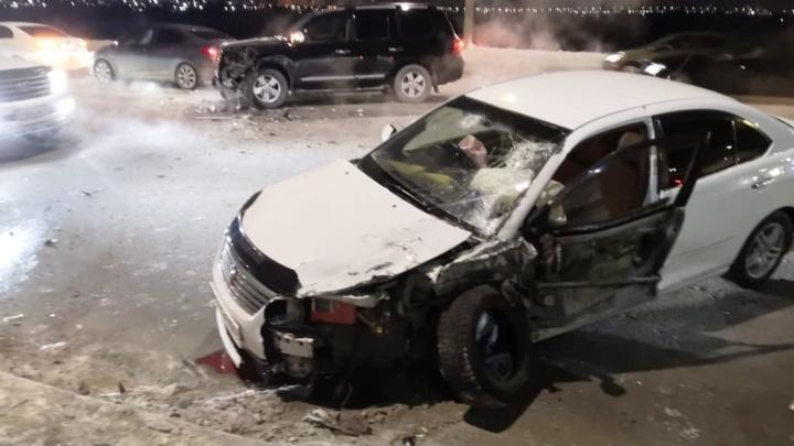 На Ленинградском мосту внедорожник столкнулся с «Тойотой» — пострадали двое