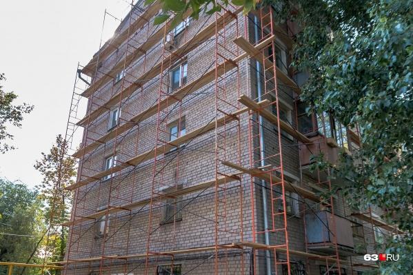 Капитальным ремонтом многоквартирных домов в Самарской области почти два года руководил врио директора Александр Константинов