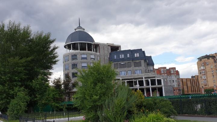 В Тюмени семь лет возводят офисное здание. Рассказываем, что это за долгострой