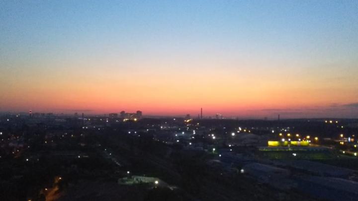 Закатов много не бывает: публикуем подборку ярких вечерних фото от читателей E1.RU