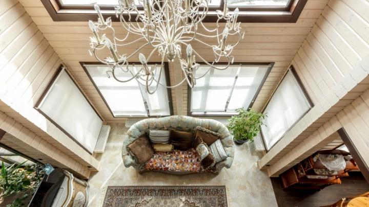 В Екатеринбурге продают роскошный коттедж с панорамной гостиной: изучаем дизайн