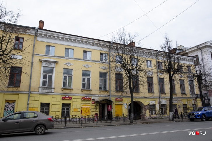 Левая часть здания (над магазином) — жилая