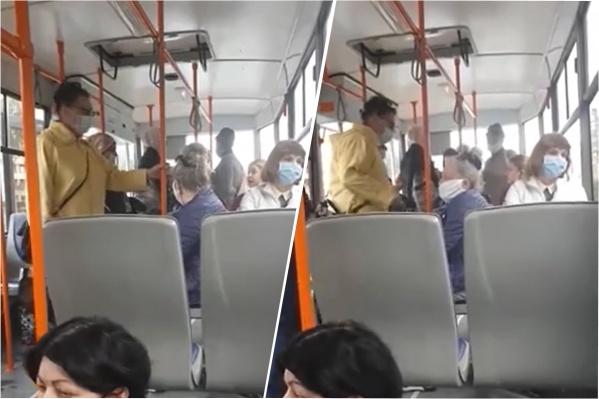 Пока девушку уговаривали надеть маску, за трамваем скопилась очередь