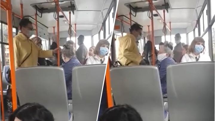 Трамвай не мог сдвинуться с места из-за девушки, которая отказывалась надевать маску и называла её намордником