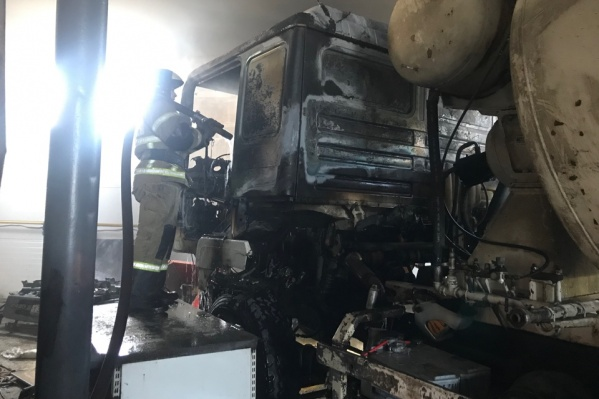 Спасти технику не удалось, строительная компания в настоящий момент подсчитывает сумму ущерба
