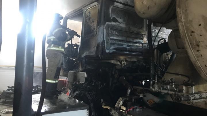 Чуть не задохнулся. В Тюмени пожарные спасли мужчину, тушившего бетоновоз в ангаре