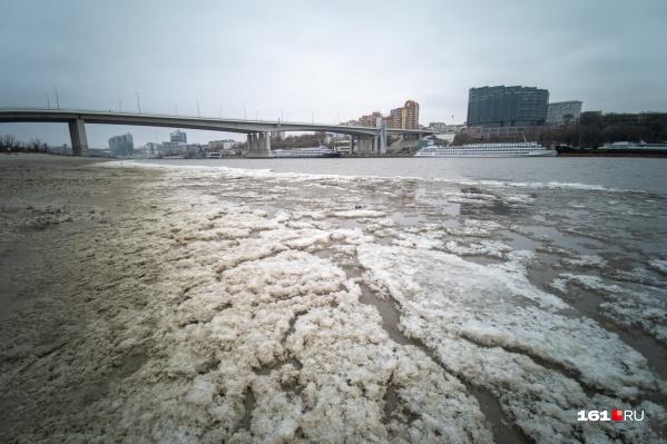 Погода в Ростове заставляет Дон «убегать»
