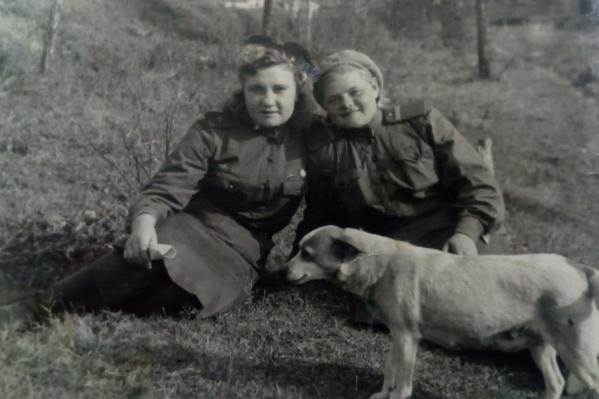 Евгения Никитина, ее подруга Лидия и собака Щука, которая однажды вывела Евгению с напарницей с минного поля