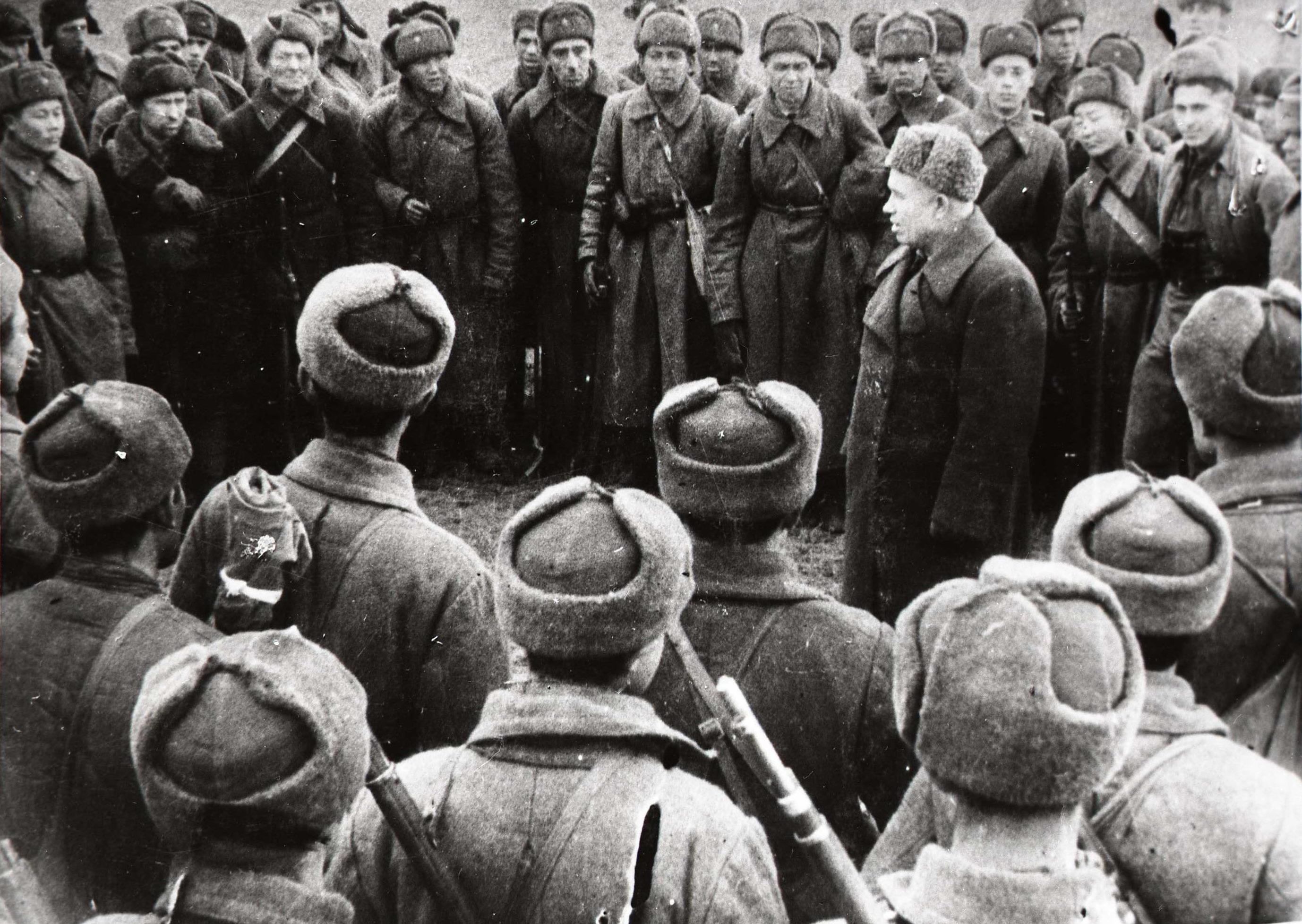 Никита Хрущев среди солдат в Сталинграде, 1942 год