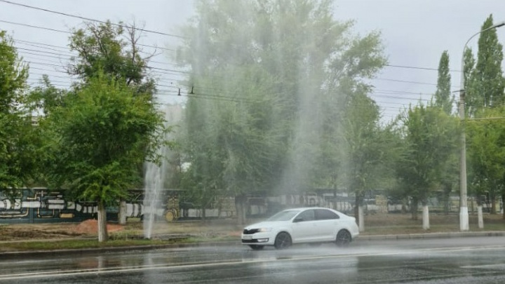 «Без ограничений для потребителей»: в Волгограде не станут отключать воду для устранения «фонтана» на Первой Продольной
