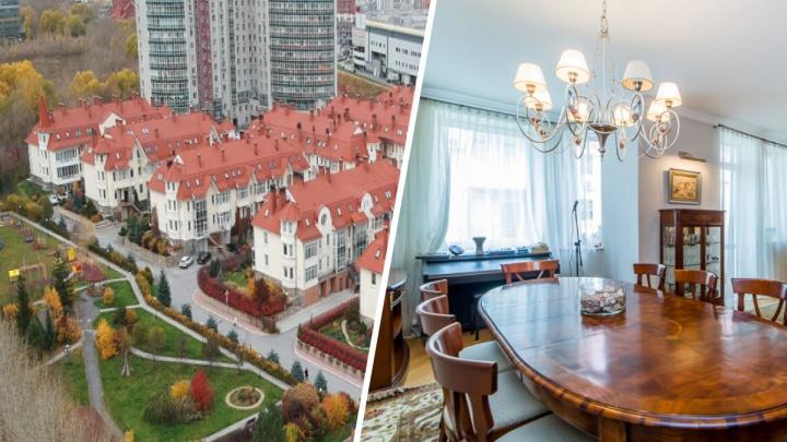 В центре Екатеринбурга продают трехэтажный коттедж в итальянском стиле с кинозалом и хаммамом