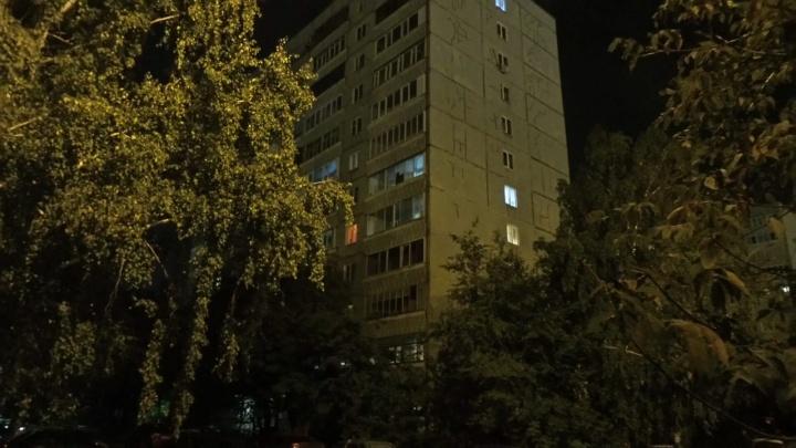 Полицейские проникли в квартиру, откуда велась стрельба: внутри были два парня