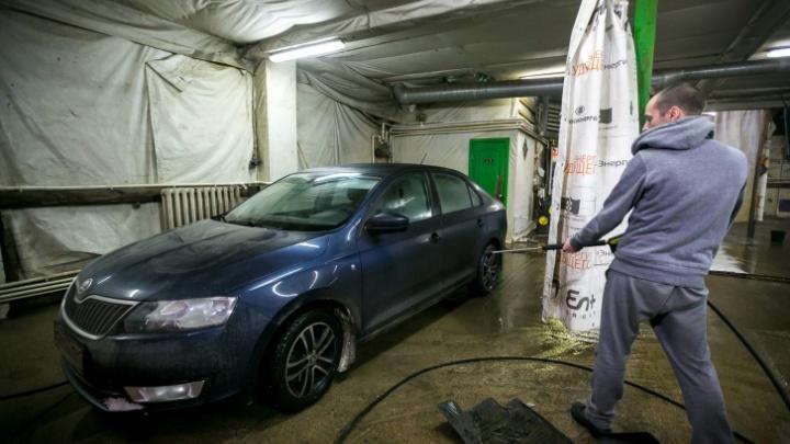 Автослесарь украл из сервиса автомобиль и 20 аккумуляторов