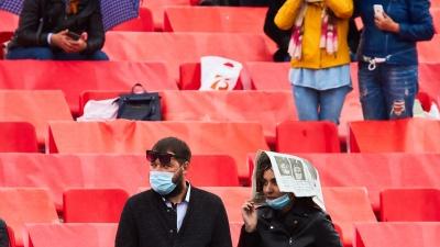 С газеткой на голове, с маской на лице: 10 непарадных фото самарского парада Победы