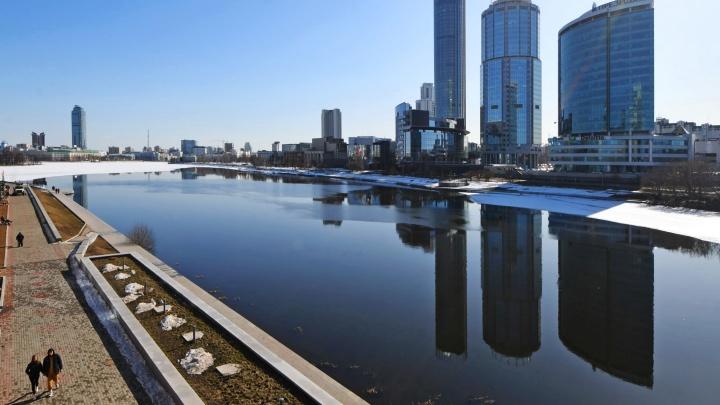 Мужчину, который провалился под лед в Екатеринбурге, спасли врач, инженер и сторож соседней больницы