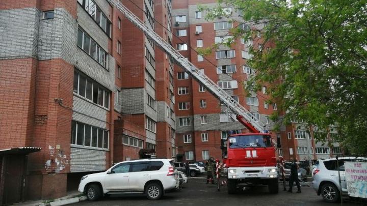 Пожарные спасли 24 человека из горящей десятиэтажки на Калинина
