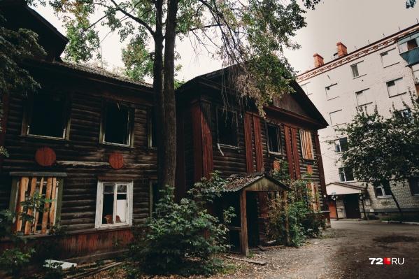 Соседний дом расположен буквально в нескольких метрах. Жители многоэтажки переживают из-за пожаров в деревянном доме