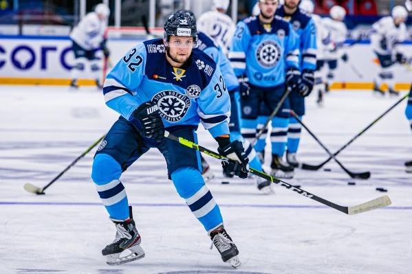 25-летний защитник Илья Хохлов стал игроком «Сибири» в мае 2020 года, клуб подписал с ним двухлетний контракт. До этого хоккеист играл за «Северсталь»