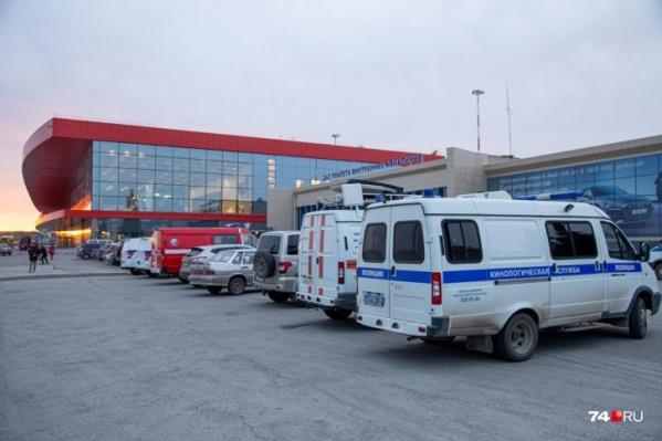 В аэропорт стянули экстренные службы