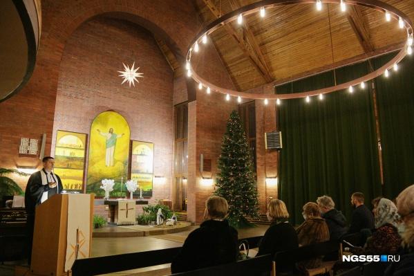 В церкви нарядили огромную рождественскую елку