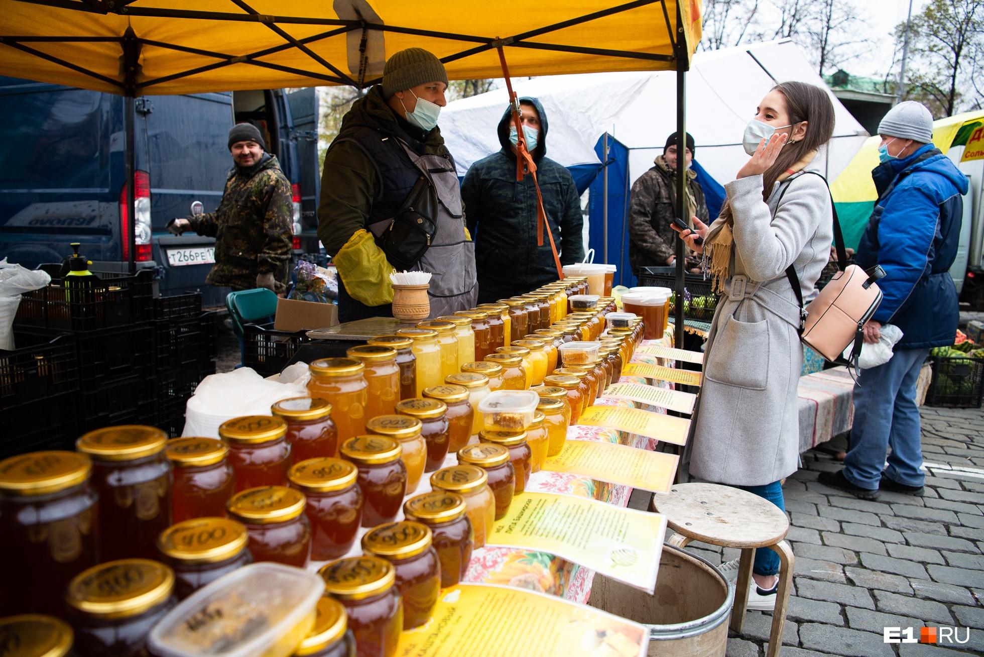 Прилавок ломится под весом банок с разными сортами меда
