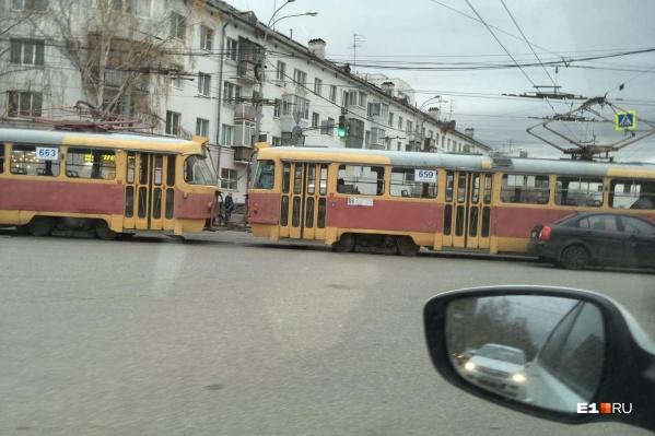 На время встали и трамваи, и троллейбусы