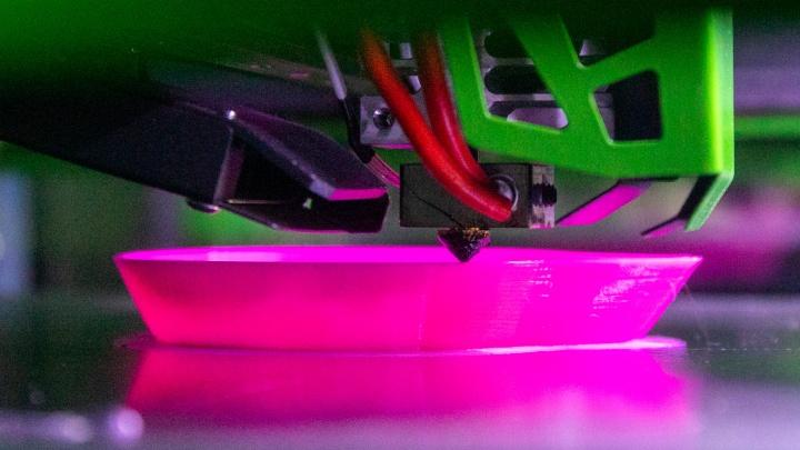 Красноярцы печатают защитные маски на 3D-принтере. Мы побывали у них на производстве