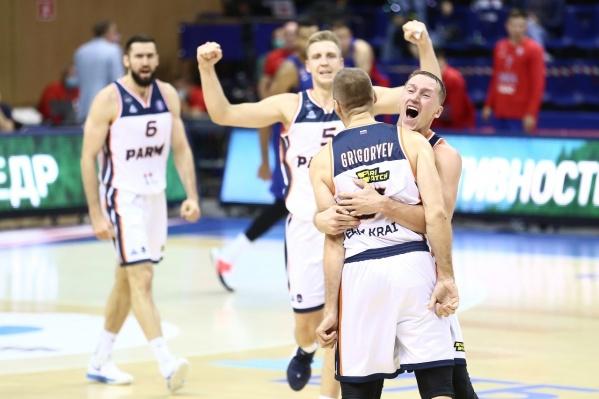 Пермские баскетболисты радуются победе