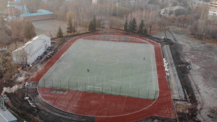 В Самаре на стадионе «Салют» уложили газон на футбольном поле