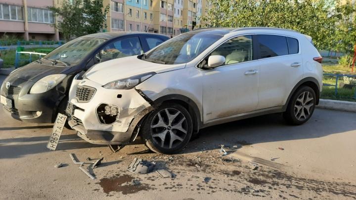 «Вёл себя неадекватно»: на Северо-Западе Челябинска водитель разнёс полстоянки и скрылся