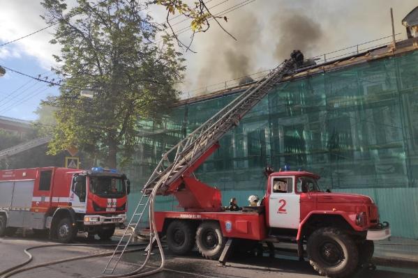 Пожарные выносят из здания музея ценные вещи