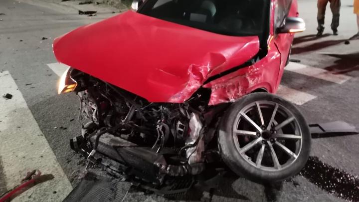 Иномарку отбросило на пешеходный переход: в Березовском столкнулись Audi и Volkswagen