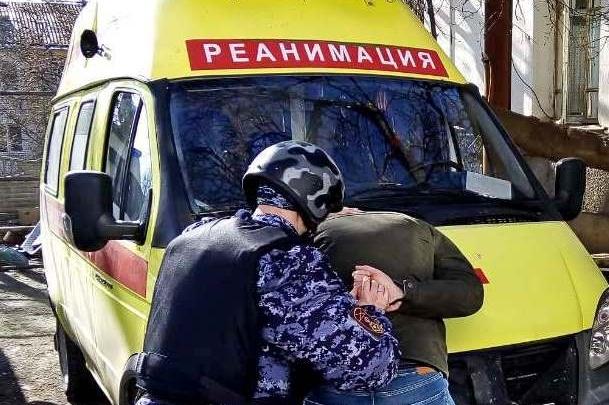 В Архангельске 20-летний мужчина с пистолетом напал на врачей скорой помощи