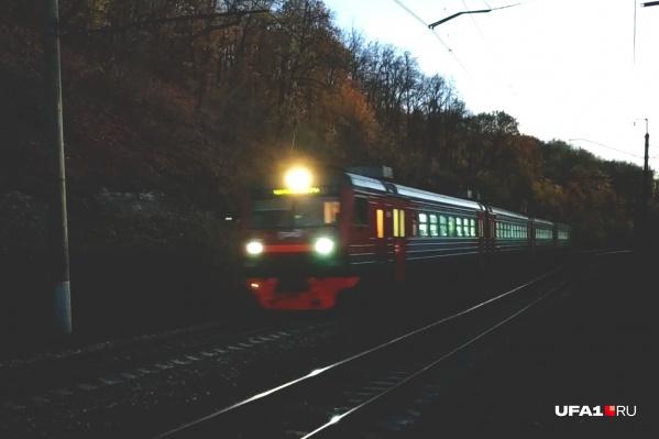 Что делали мужчина с ребенкомна железнодорожных путях, пока не известно