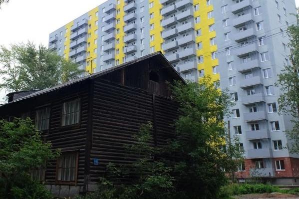 Два дома на улице Ольховской: аварийный должны расселить, а новостройку скоро введут в эксплуатацию
