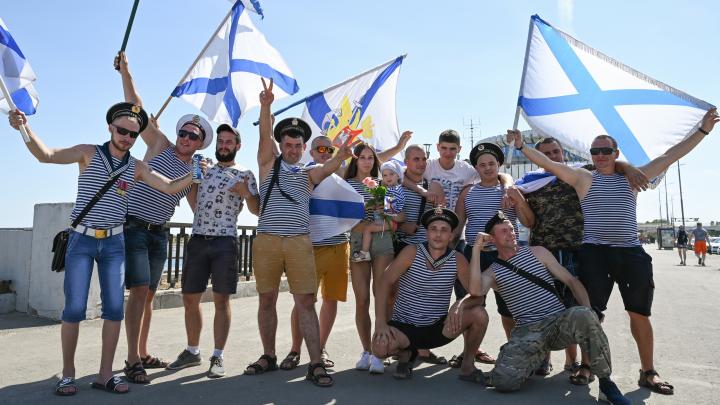 «Вы интеллигенция — не вдвшники, кирпичи об бошки не бьёте»: в Волгограде моряки отметили День ВМФ