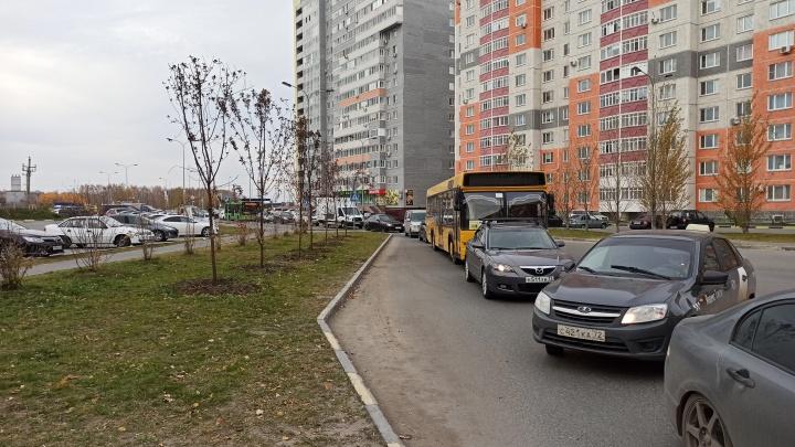 Утренний коллапс: тюменцы застряли в заблокированном микрорайоне из-за пробки на объездной