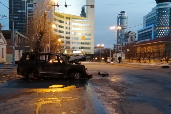 Машина почти полностью выгорела, внутри погибла пассажирка. Водитель лежит в больнице