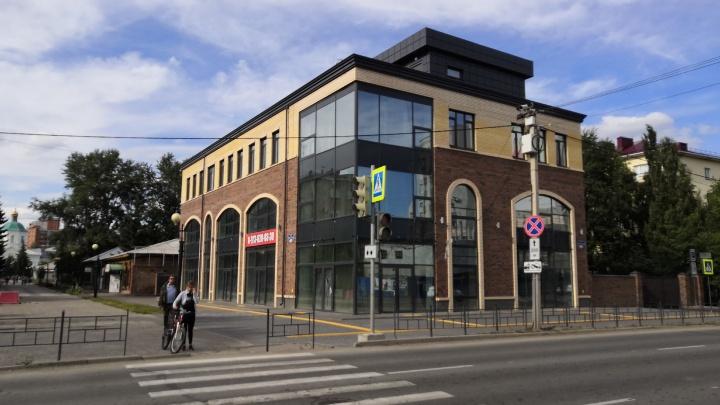 На Тарской улице достроили новый торгово-офисный центр