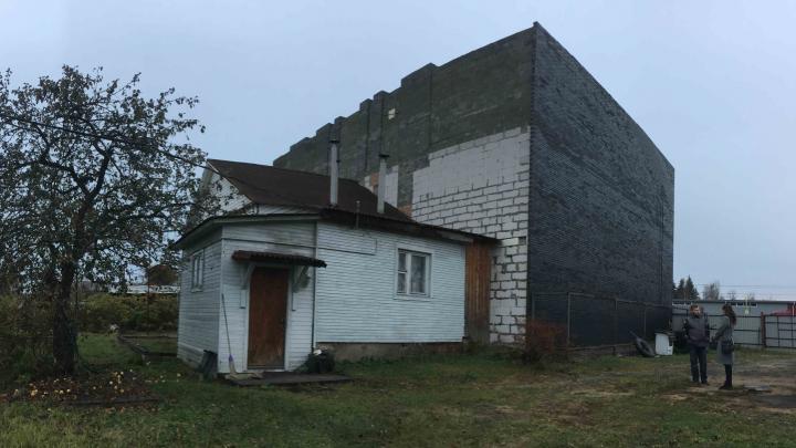 Скандал с депутатом: в Ярославле дом многодетного отца располовинили и пристроили офисный центр