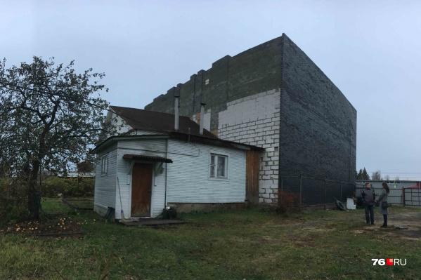 Между оставшейся половиной дома и новой постройкой образовалась дыра. Жить здесь стало невыносимо